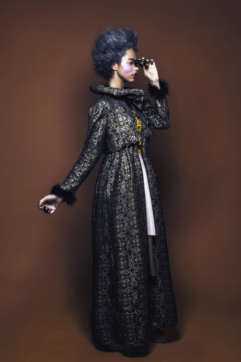 Manteau or et noir, plumes au col et poignets, ROMAIN BRAU. Escarpins beiges, MUSETTE.