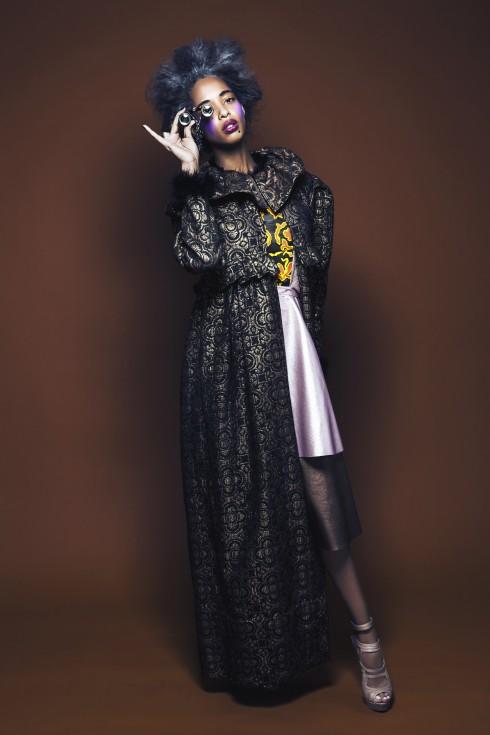 Robe noir en cuir, empiècement jaune et orange, JITROIS. Top métallisé et jupes en cuir métallisé et perforé rose et brun, ROBERTO COLLINA. Accessoire de main, doigt en daim, BUSARDI. Lunettes d'opéra en métal et cristaux Swarovski, ON AURA TOUT VU. Manteau or et noir, plumes au col et poignets, ROMAIN BRAU. Escarpins beiges, MUSETTE.