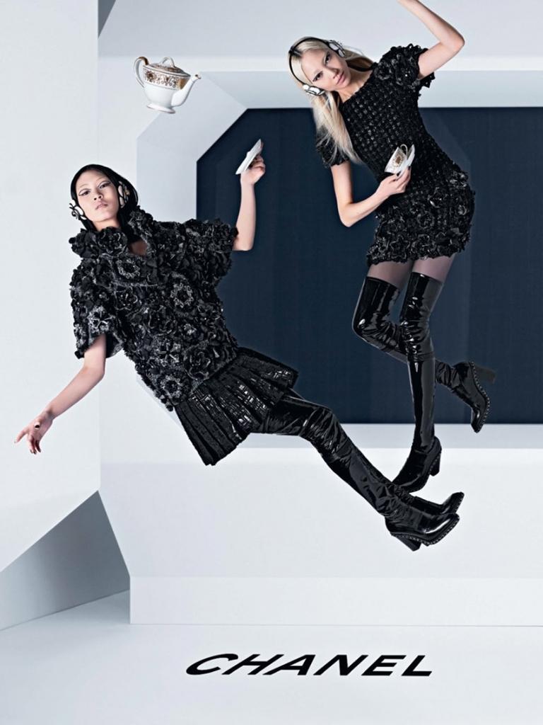 Marque: Chanel Mannequins: Chiharu Okunugi, Ashleigh Good et Soo Joo Park Photographes: Karl Lagerfeld