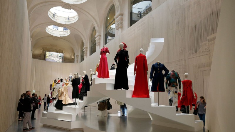 retrospective-sur-l-evolution-de-la-silhouette-en-trois-siecles-de-mode-au-musee-des-arts-decoratifs-a-paris-le-6-avril-2016_5577181